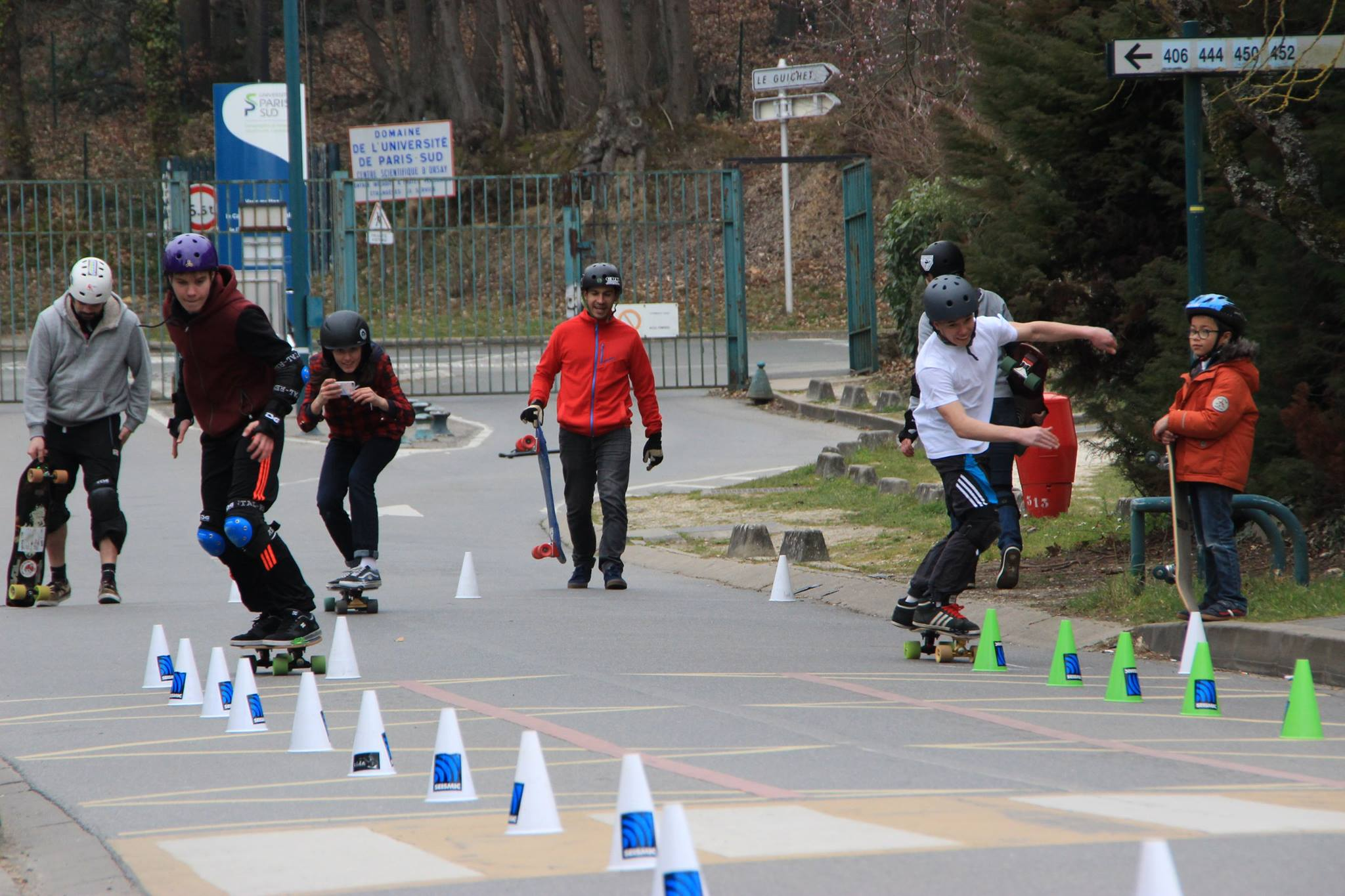 Les juniors à la course Pirate slalom skateboard d'Orsay