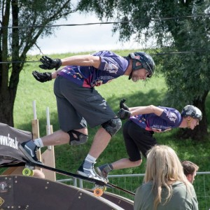 Michel Dupont et Christopher, skateboard slalom en Lettonie